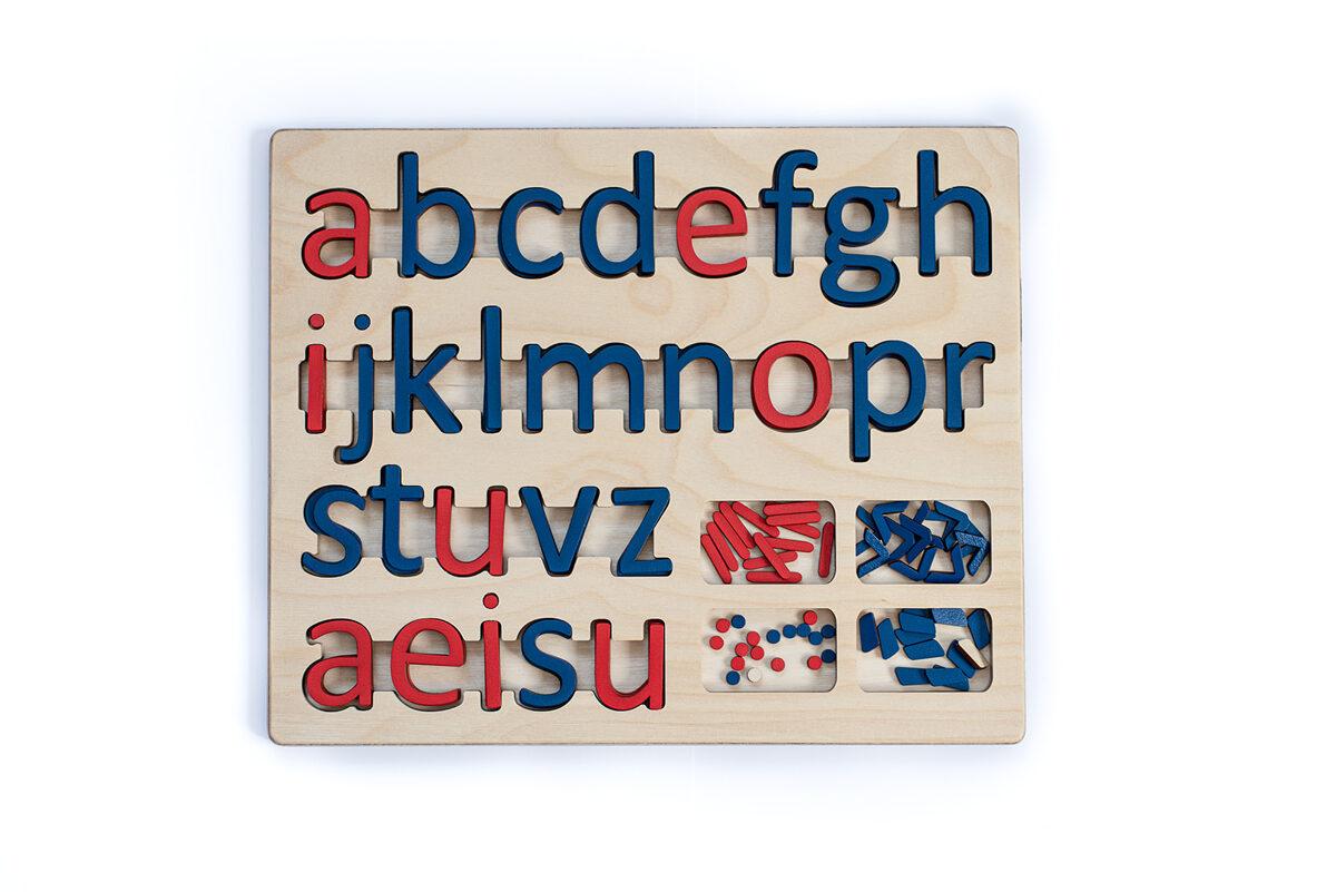 Kustīgais alfabēts - mazie drukātie burti paliktnī.
