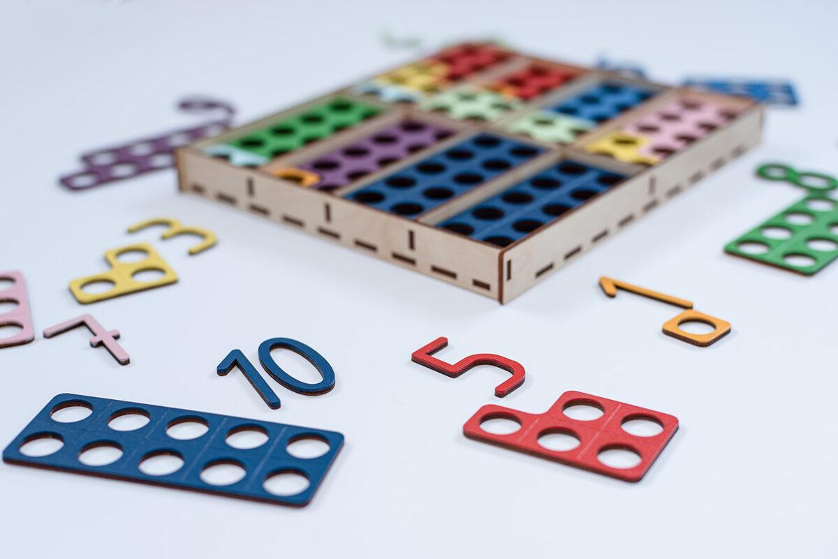 Matemātiskās plāksnītes koka kastītē ar nodalījumiem